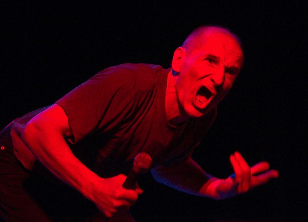 Пётр Мамонов во время выступления с программой «Давненько мы еще раз тебя не видели! Творческий вечер: 26 лет на сцене» в Театре Эстрады (2010 год)