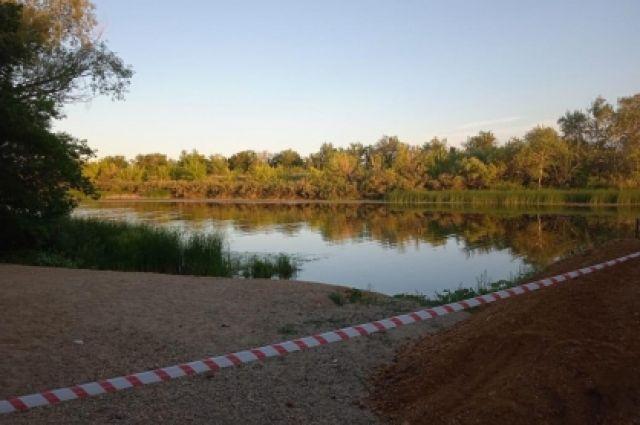 Из реки Орь очевидцы происшествия достали тело ребенка.