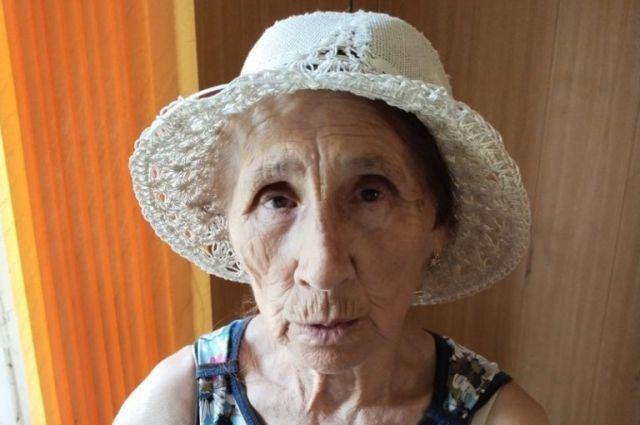 В Оренбурге ищут родственников потерявшейся бабушки, страдающей старческой деменцией.