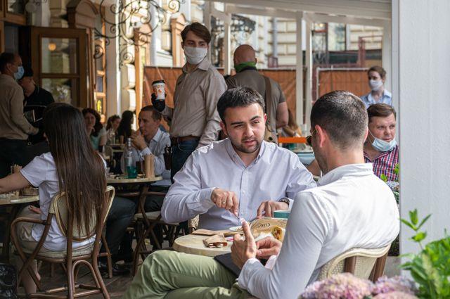 Первые подсчеты. Выручка ресторанов в Москве упала лишь на четверть