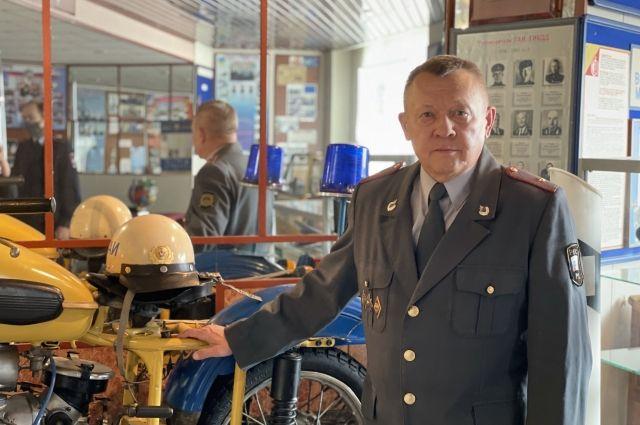 Александр Иванович показал служебный мотоцикл, на котором ему приходилось ездить.