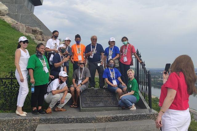 Команда с Гавайев фотографируется у памятника Салавату Юлаеву.