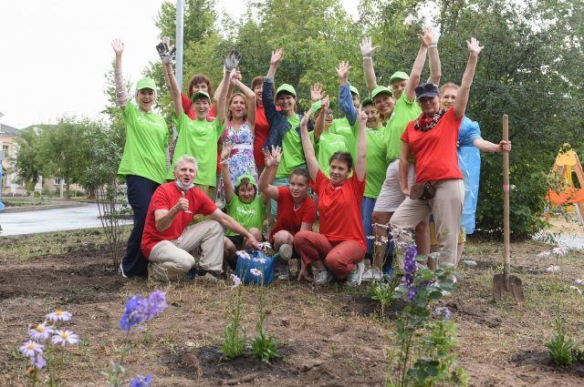 «АиФ-Казань» и Greenway провели акцию «Зелёный двор» - посадили деревья, кустарники и цветы в доме по ул. Начальная, 12а.