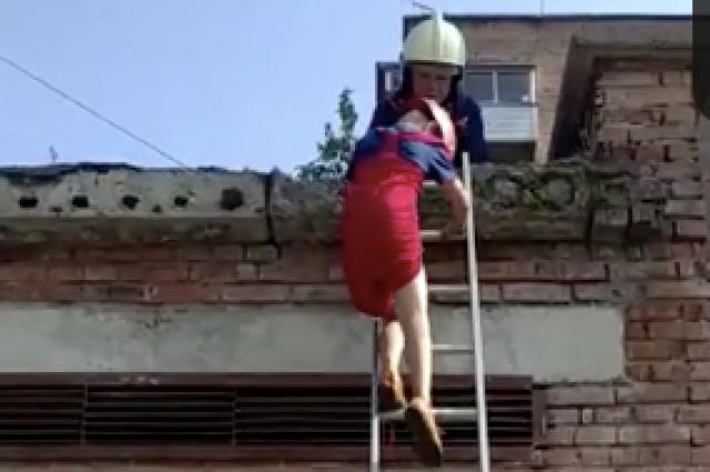 Спасатели спустили мальчика с помощью альпийского снаряжения.