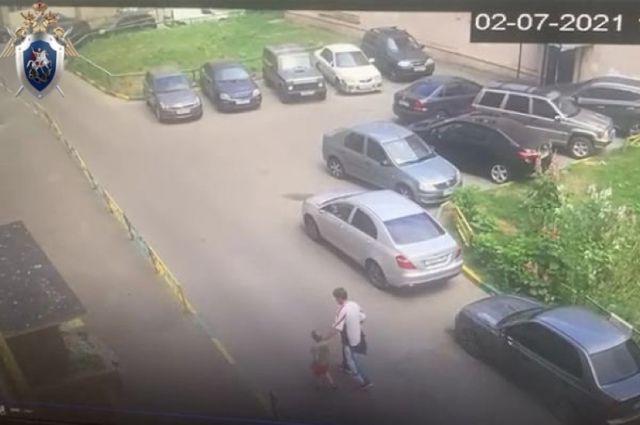 Мужчина увел ребенка с детской площадки на улице Республиканской.