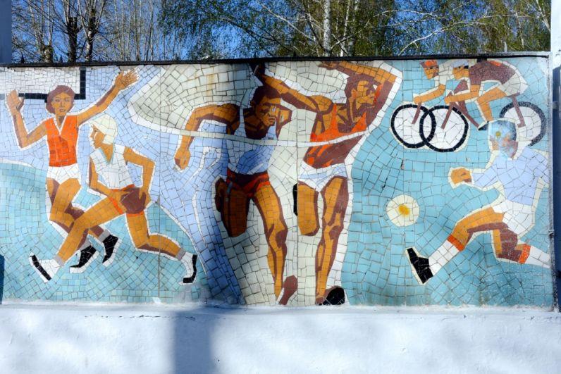 Второе панно изображает различные виды спорта, которыми при желании можно заняться на стадионе - и не только