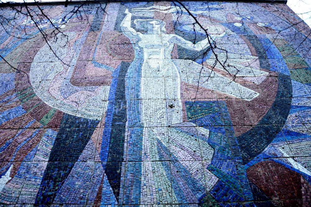 Аллегорическое изображение Энергии украшает фасад Института систем энергетики на Лермонтова, 130