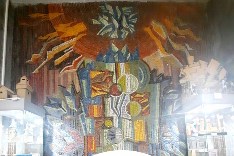 Мозаика в фойе Дворца пионеров как бы напоминает: ученье свет, а неученье - тьма