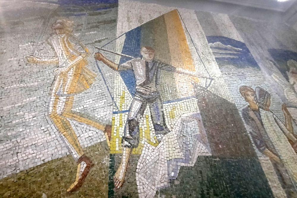 Также во Дворце пионеров есть еще одно масштабное панно с изображением школьников и их увлечений. Фрагменты