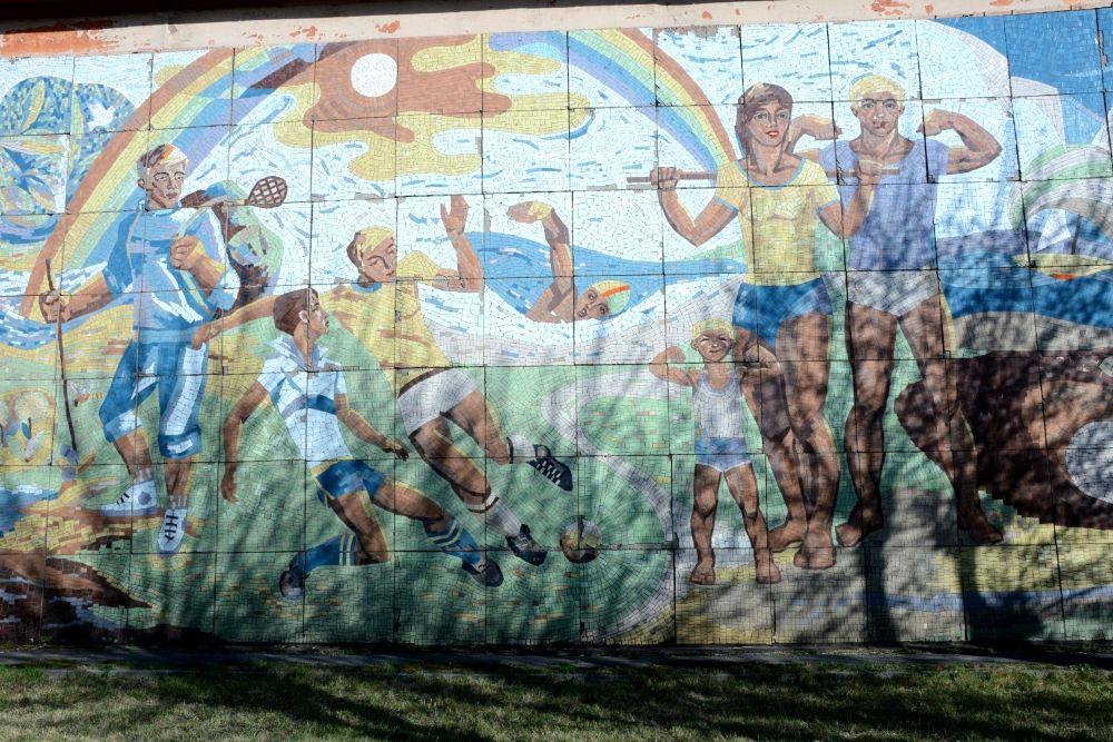 """Мозаика на здании оздоровительного центра на территории все того же """"Зенита"""" напоминает о важности ЗОЖ"""