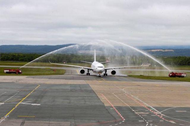 В честь знакового для развития региона и всей туристической отрасли Дальнего Востока события по традиции аэропорта во время руления к месту стоянки самолет прошел через водяную арку.