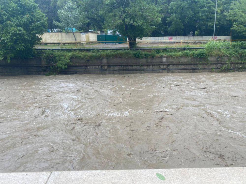 Вода выходит из берегов из-за сильных ливней, начиная с четвертого июля.