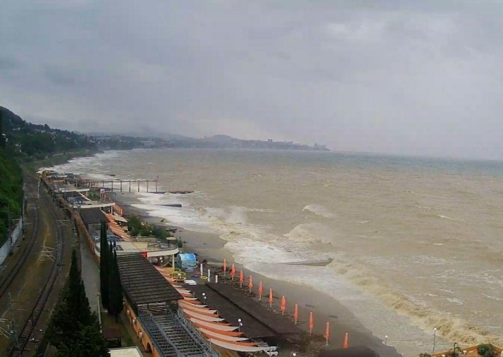 В море купаться запрещено из-за штормового предупреждения.