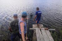 Водолазы АСС Оренбуржья достали из водоема тело утонувшего.