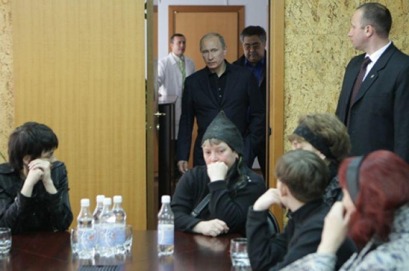 11 мая 2010 г. В. Путин встретился в Новокузнецке с родственниками горняков, погибших при аварии на шахте «Распадской».