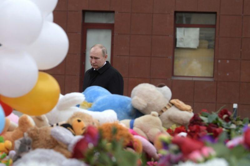 27 марта 2018 г. Владимир Путин побывал на стихийном мемориале возле «Зимней вишни».