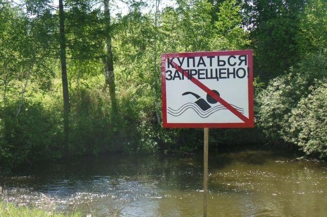 Жители села Ивановка достали из водоема тело утонувшего.