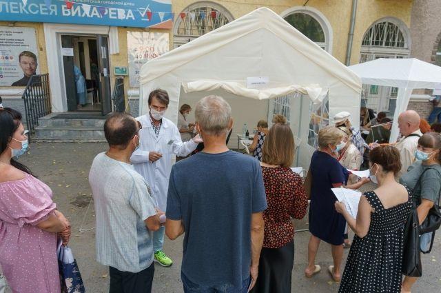 Вакцинацию во дворах проводили медики городских больниц.