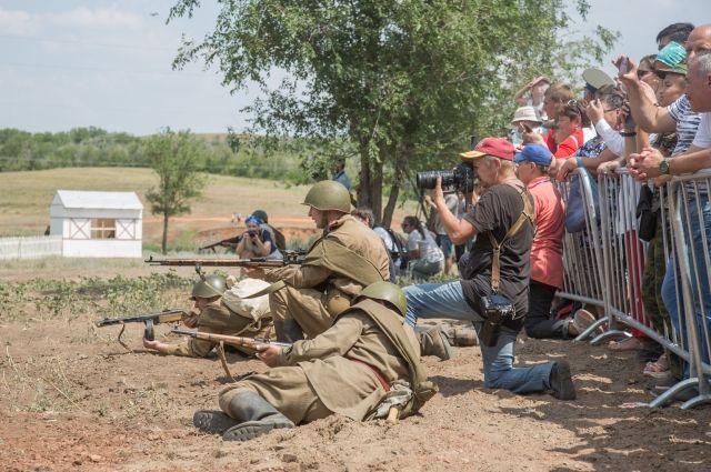 Все хотели увидеть настоящий бой между красноармейцами и вражескими солдатами.