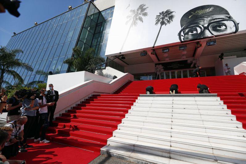 Монтаж красной ковровой дорожки перед церемонией открытия
