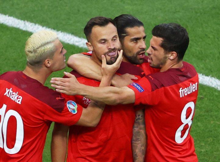 Сборная Швеции празднует забитый гол в матче Швейцария-Турция
