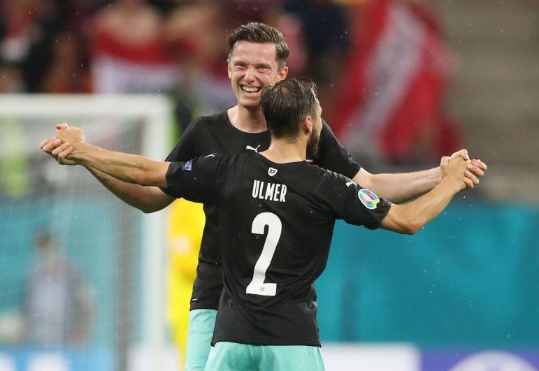 Игроки сборной Австрии Михаэль Грегорич и Андреас Ульмер празднуют победу в матче Австрия-Северная Македония