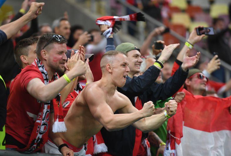 Болельщики Австрии празднуют после матча Австрия-Северная Македония