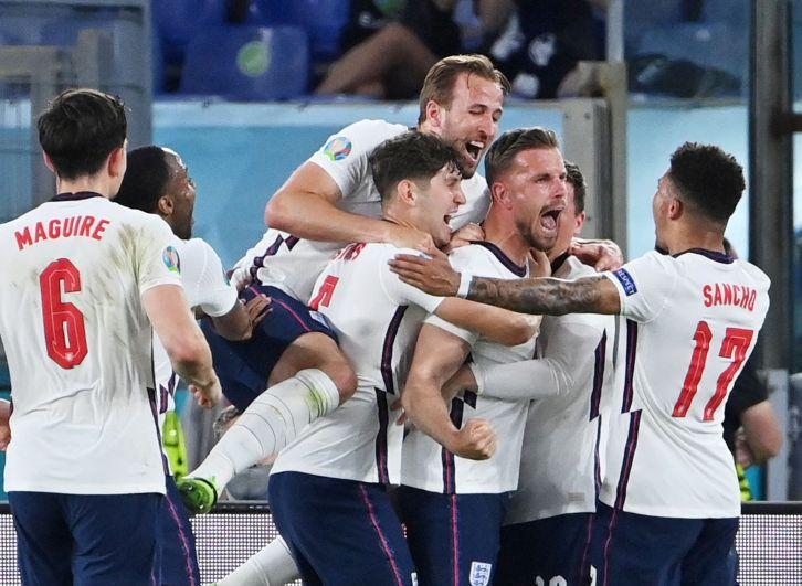 Игрок сборной Англии Джордан Хендерсон (в центре) празднует забитый гол во время матча Украина-Англия
