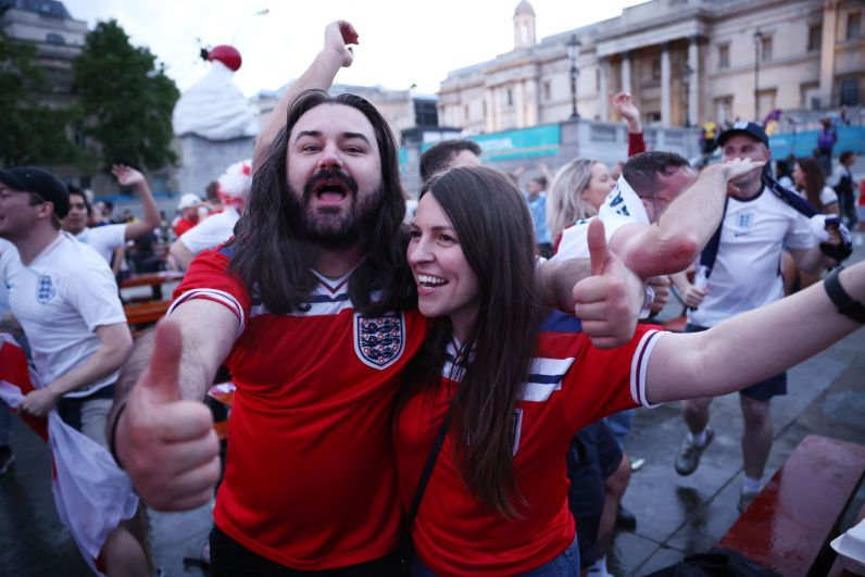 Болельщики сборной Англии празднуют забитый гол во время матча Украина-Англия