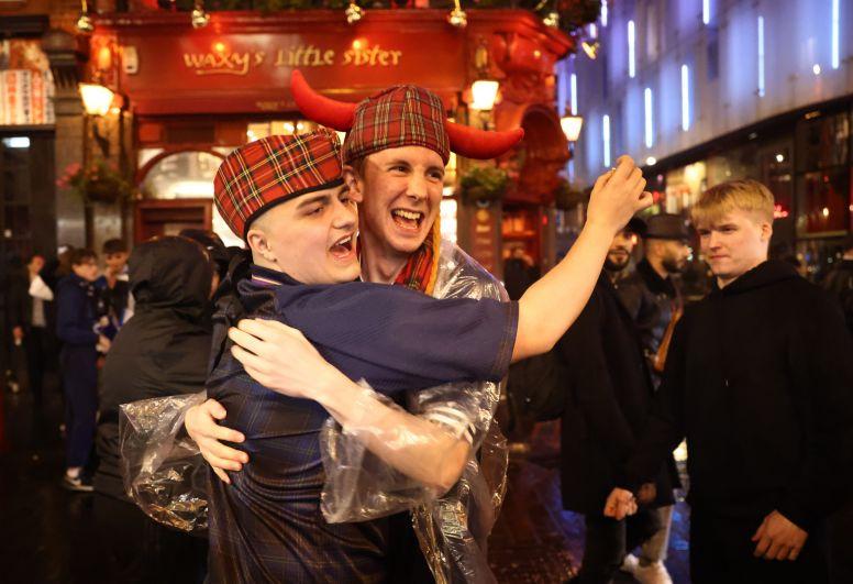 Болельщики сборной Шотландии празднуют после матча Англия-Шотландия