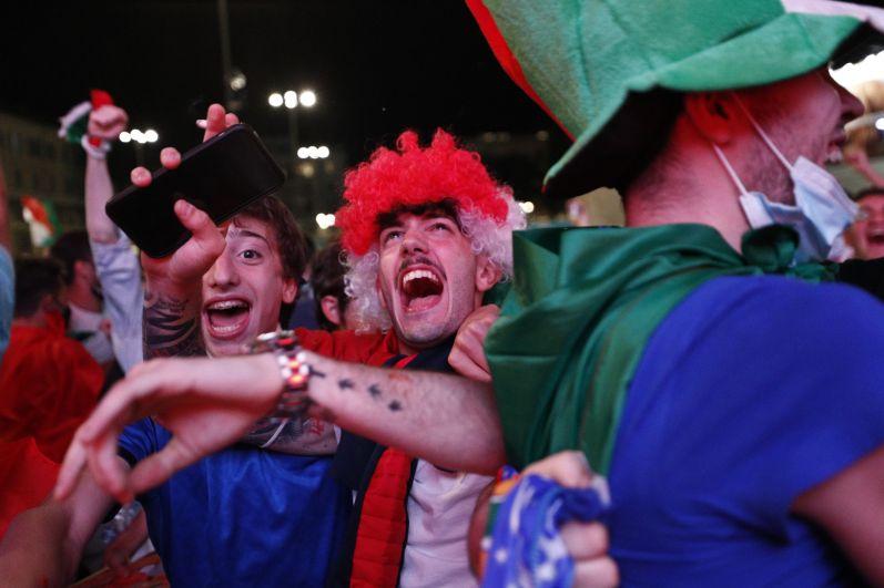 Болельщики сборной Италии празднуют после матча Турция-Италия