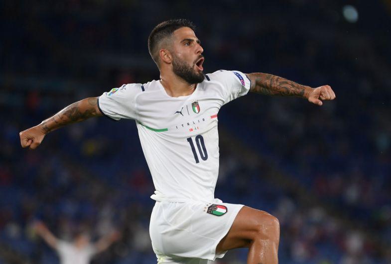 Игрок сборной Италии Лоренцо Инсинье празднует забитый гол в матче Турция-Италия
