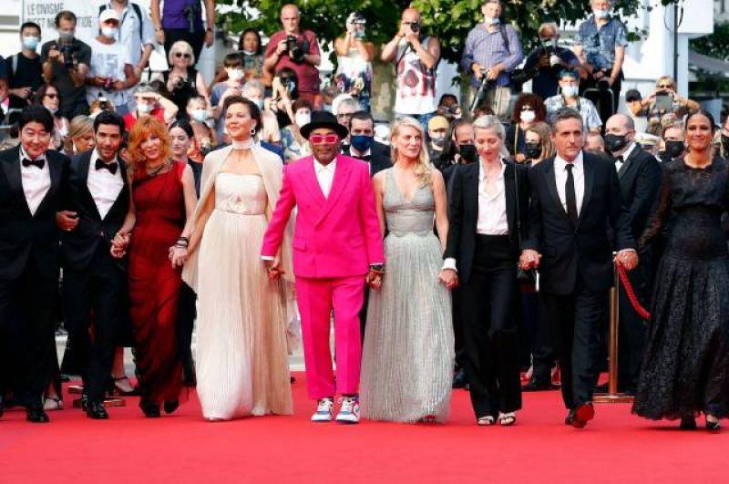 Спайк Ли, президент жюри 74-го Каннского кинофестиваля (в центре), и члены жюри.