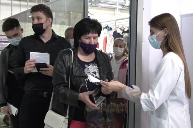 Волонтёры помогают бороться с третьей волной коронавируса.