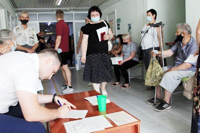 В коридорах поликлиник Волгограда теперь очереди на прививку. Но вакцин хватит на всех.