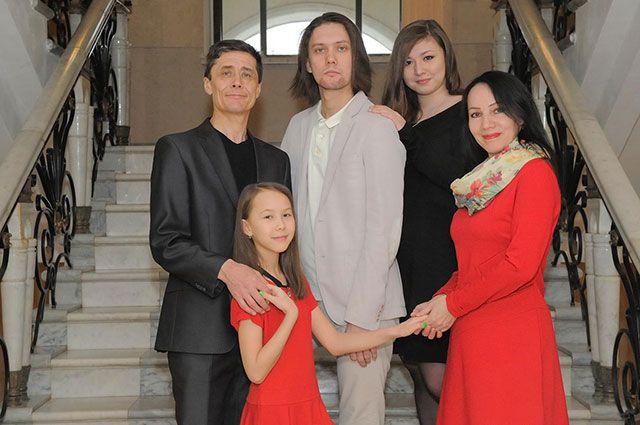 Все члены семьи Амировых - творческие личности.