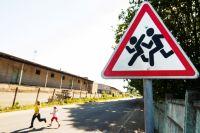За ненадлежащее исполнение обязанностей по воспитанию несовершеннолетних детей родителям грозит предупреждение или штраф 100-500 рублей.