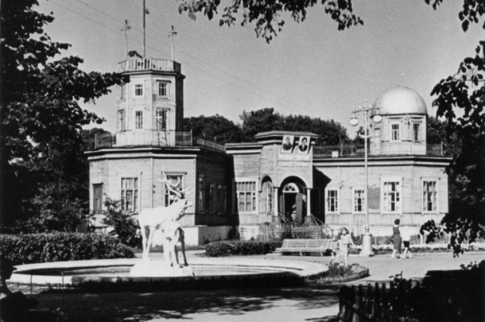 Так выглядело здание планетария в Советские годы.