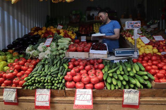 Середина лета, а ценник на овощи и не думает снижаться.