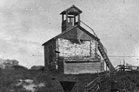 Кирпичное здание простояло дольше всех, но сейчас на этом месте остался только фундамент.