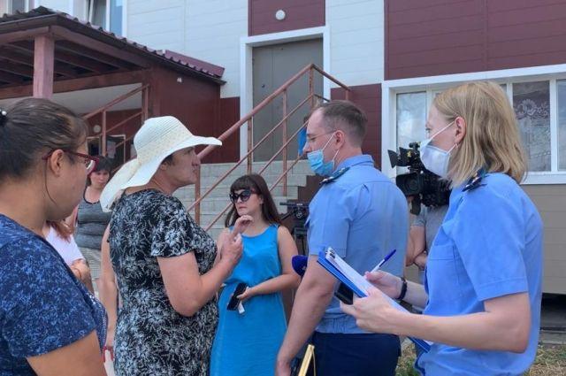 Жители двух домов на Авиационной пожаловались прокурору Оренбурга на их состояние.