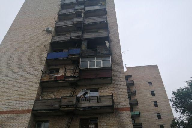 В Орске на пожаре в девятиэтажке спасли 10 человек.