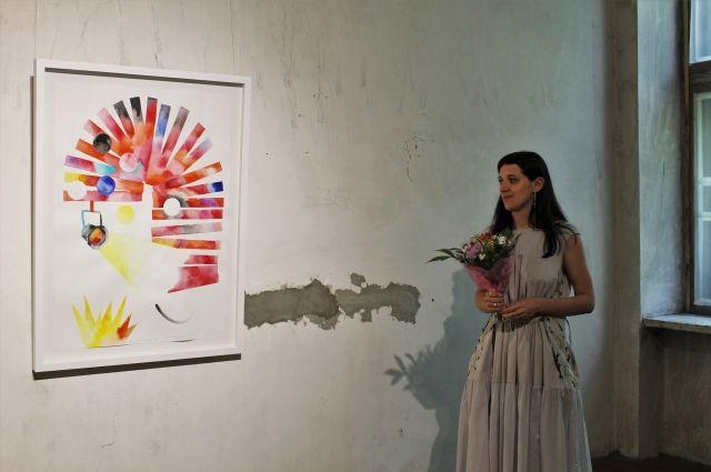 Таня Ахметгалиева рядом со своей работой.