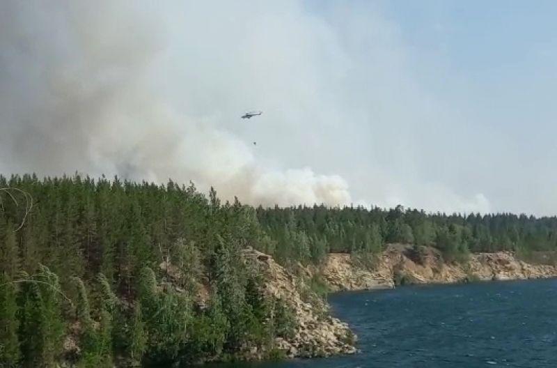 Вертолет Ми-8 с ВСУ-5 во время тушения лесного пожара в Челябинской области