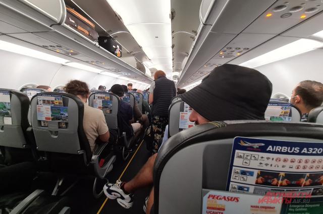 Ожидание спецов по коронавирусу в самолете в Хургаде.