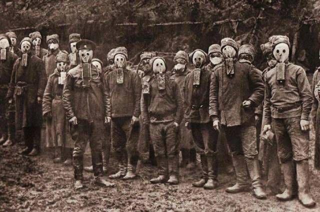 Солдаты в противогазах в Первую мировую войну.
