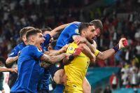 Сборная Италии по футболу радуется победе.