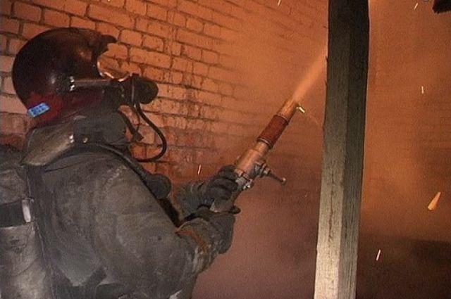 С ночным пожаром в Оренбурге боролись 16 человек.