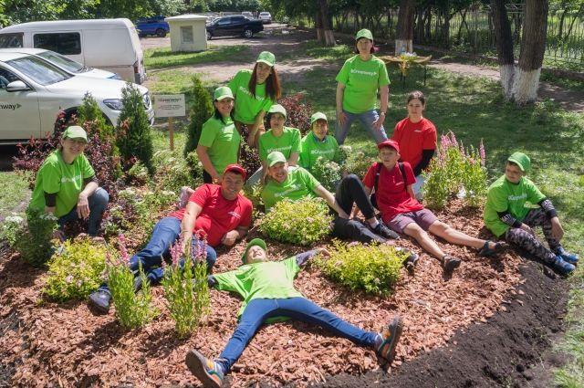 «АиФ» с партнёрами и волонтёрами благоустроили территорию возле дома на правобережье.