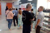 Ожидающие вакцинации в ТЦ «Альянс» на ул. Рябикова. По словам очевидцев, за полтора часа в очереди вакцина здесь закончилась.